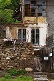Övergiven residental byggnad på den mindre gatan i Veliko Tarnovo, Arkivbild