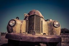 Övergiven rostig gammal lastbil Royaltyfri Fotografi