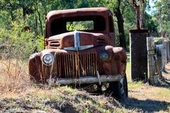 övergiven rostig lastbil för uppsamling Arkivbilder