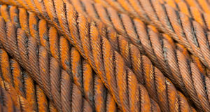 Övergiven rostig stålkabel - selektiv fokus Royaltyfri Foto
