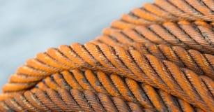 Övergiven rostig stålkabel - selektiv fokus Arkivbilder