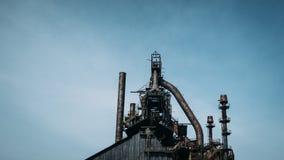 Övergiven rostig stålpannastruktur Arkivbild