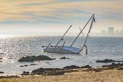 Övergiven segelbåt Arkivfoton