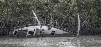 Övergiven seglingyacht Arkivbild