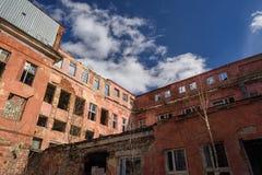 Övergiven sjaskig sovjetisk fabrik för röd tegelsten Royaltyfri Foto