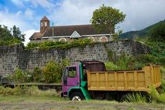 Övergiven skåpbil i lantlig St Kitts som är karibisk Arkivbild