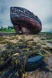 Övergiven skeppsbrott på kust i Fort William i sommar, Skottland Fotografering för Bildbyråer