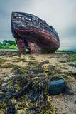 Övergiven skeppsbrott på kust i Fort William, Skottland Arkivfoto