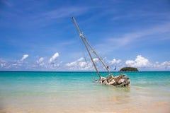 Övergiven skeppsbrott på kusten på katastranden Phuket Thailand Royaltyfri Fotografi