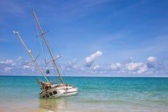 Övergiven skeppsbrott på kusten på katastranden Phuket Thailand Arkivfoto