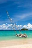 Övergiven skeppsbrott på kusten på katastranden Phuket Thailand Fotografering för Bildbyråer