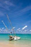 Övergiven skeppsbrott på kusten på katastranden Phuket Thailand Royaltyfria Bilder