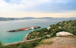 Övergiven skeppsbrott står nära kusten Royaltyfria Bilder