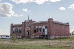 Övergiven skola för röd tegelsten Arkivbild