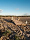 Övergiven släp i åkerbrukt fält arkivfoto