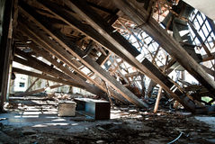 Övergiven smutsig demolerad byggnad, ett av hotell i Kupari com Arkivfoton