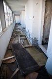 Övergiven smutsig demolerad byggnad, ett av hotell i Kupari com Arkivbilder