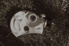 Övergiven sovjetisk gasmask på gräs i en retro stil Arkivfoton