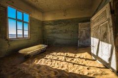 Övergiven spökstad av Kolmanskop i Namibia Arkivfoton
