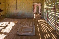 Övergiven spökstad av Kolmanskop, Namibia Arkivfoto