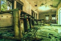 Övergiven ställe förstörd tabellrost arkivfoto