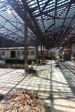 Övergiven stånggård med gamla ruttna drev arkivbilder