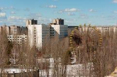 Övergiven stad med den blåa skyen royaltyfria bilder