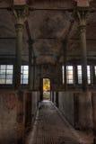 Övergiven stallning för nötkreatur i det tyska slakthuset Rosenau royaltyfri bild