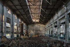 Övergiven stor industriell korridor med avskräde Fabriks- fabrik för Voronezh grävskopa royaltyfria bilder