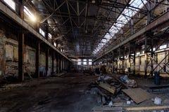 Övergiven stor industriell korridor med avskräde Fabriks- fabrik för Voronezh grävskopa royaltyfria foton