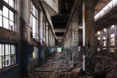 Övergiven stor industriell korridor med avskräde Fabriks- fabrik för Voronezh grävskopa arkivfoto
