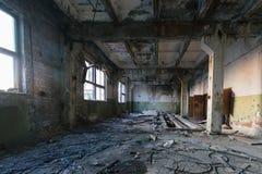 Övergiven stor industriell korridor med avskräde Fabriks- fabrik för Voronezh grävskopa royaltyfri foto