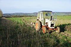 Övergiven traktor i fält arkivbild