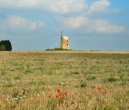 Övergiven väderkvarn i ett engelskt landskap Royaltyfri Bild