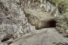 Övergiven väg i bergen Royaltyfri Bild