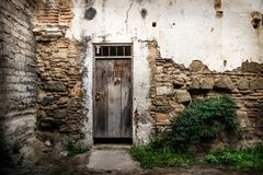 Övergiven vägg med trädörren i Antigua, Guatemala, Central America royaltyfri foto
