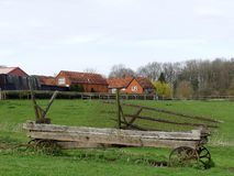 Övergiven vagn i jordbruksmarklandskapet, Chorleywood royaltyfri foto