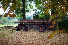 Övergiven vagn i nedgångnatur Arkivfoton