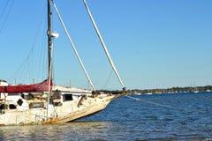 Övergiven yacht Tin Can Bay Queensland Australia Royaltyfri Fotografi