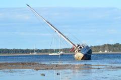 Övergiven yacht Tin Can Bay Queensland Australia Arkivbilder