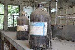 övergivet chemical laboratorium arkivbild