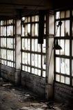 övergivet fabriksfönster Arkivfoto