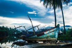 Övergivet fartyg vid flodstrand arkivfoton
