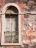 övergivet gammalt fönster för hus Arkivbilder