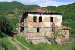 övergivet gammalt husberg Arkivfoto