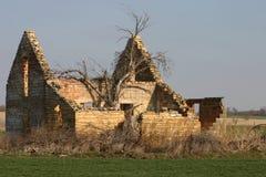 övergivet gammalt lantgårdhus Arkivfoto