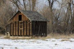 övergivet gammalt litet för ladugård Arkivfoton