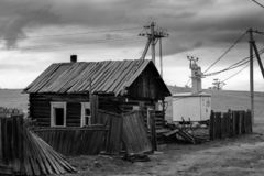 övergivet gammalt trä för hus Fördärva och enslighet by Rysk bygd, l royaltyfria foton