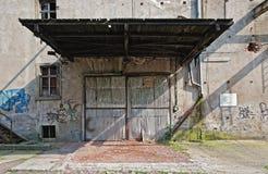 övergivet garagelager Arkivfoto