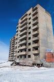 Övergivet höghus i Norilsk Royaltyfri Fotografi